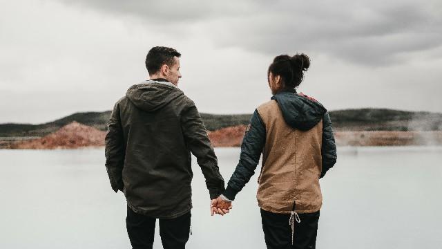 طرق تساعدك بها اللمسات الجسدية في علاقتك