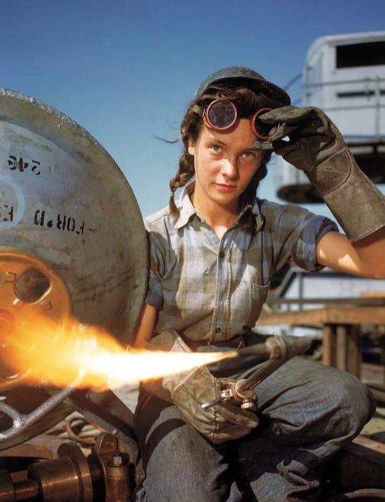 Un soldadora trabajando en octubre de 1943. Una muestra de cómo la mujer contribuyó a la guerra en la industria