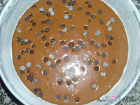 Añadiendo la mitad de las chispas de chocolate