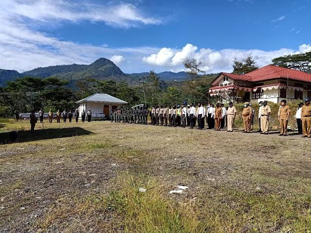 Wakil Bupati Kabupaten Tolikara Dinus Wanimbo, SH, MH. memimpin Apel . Senin, 22 Juni 2020