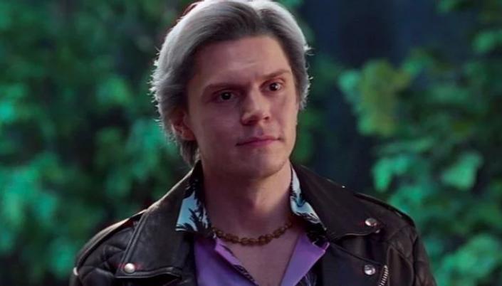 Imagem: o ator Evan Peters interpretando Pietro, com cabelos branco-prateados, usando uma roupa roxa florida e um casaco de couro.