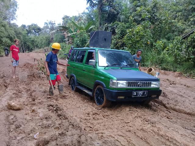 Ini Wujud Keprihatinan dan Solidaritas kepada Pengguna Jalan, Masyarakat Desa Patung Laksanakan Tanggap Darurat Perbaikan Jalan