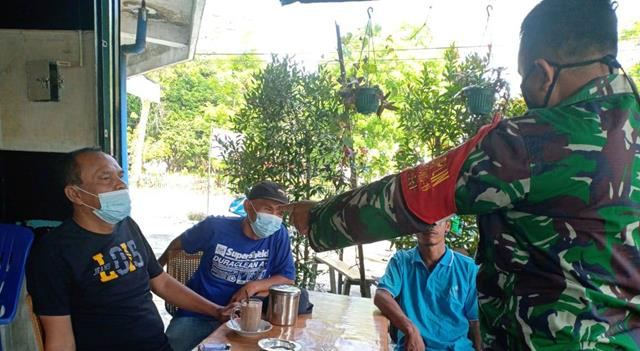 Diwilayah Binaan, Personel Jajaran Kodim 0207/Simalungun Laksanakan Penegakan Protokol Kesehatan Kepada Warga