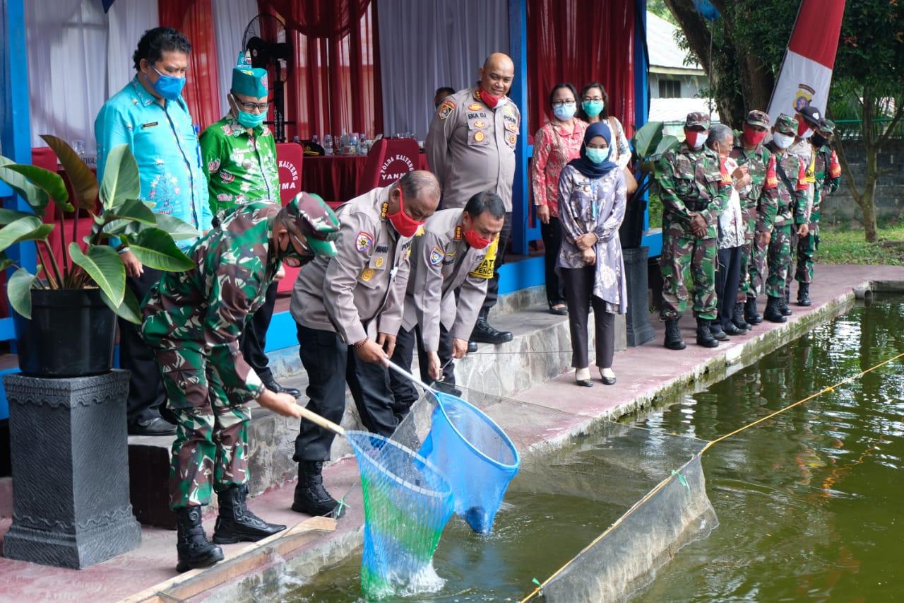 Dukung Ketahanan Pangan Nasional dan Desa Pantang Mundur, Polda Kalteng Bagikan Ikan ke Masyarakat