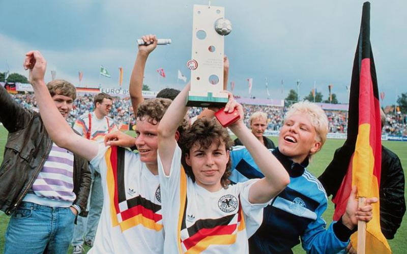 Jutta Nardenbach, esquerda, Petra Damm, meio, e a capitã Doris Fischen, direita, celebram titulo da Eurocopa (dpa)