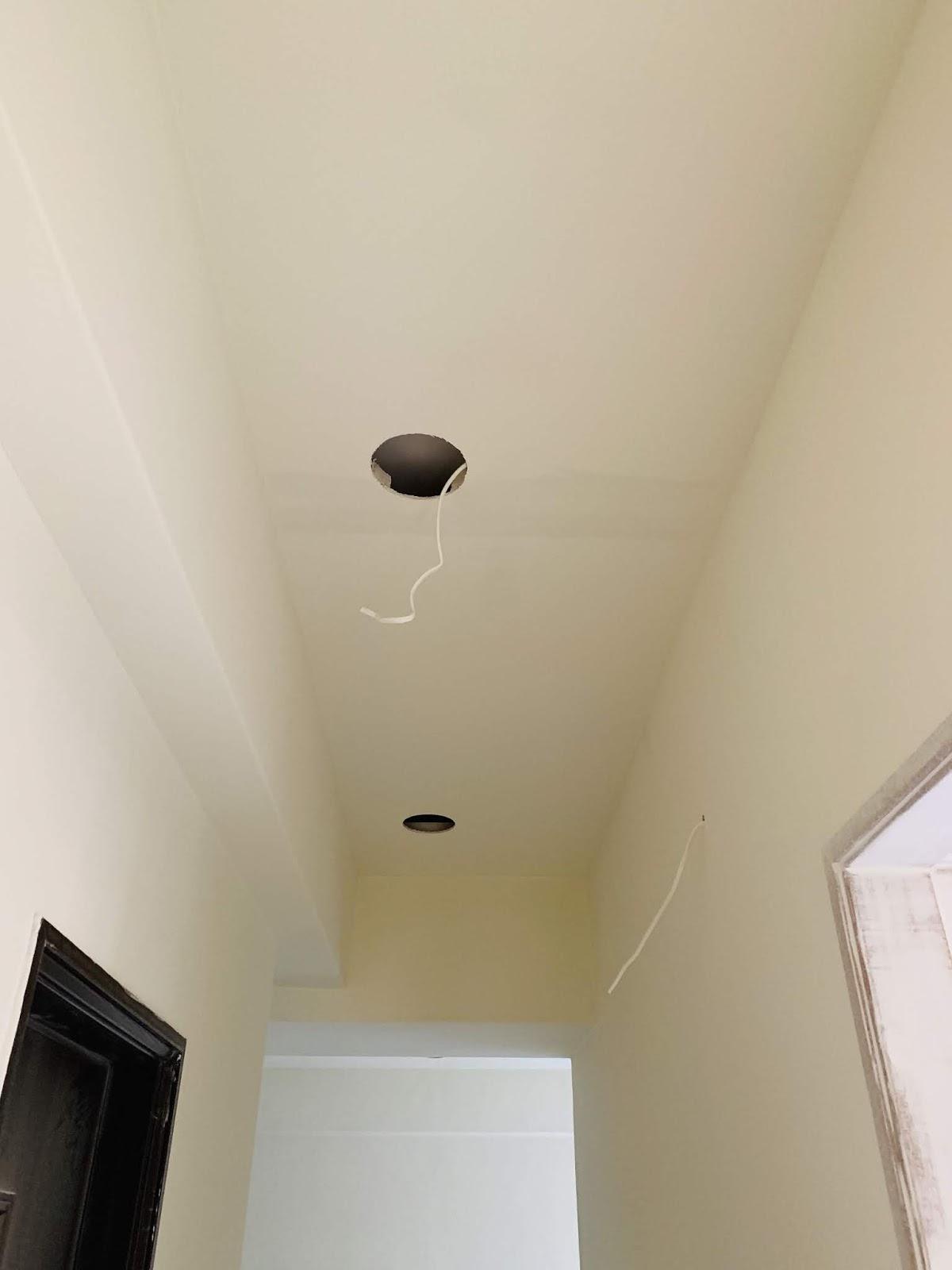走廊挖好崁燈孔