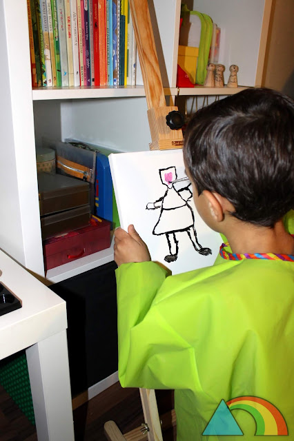 Niño dibujando sobre un lienzo