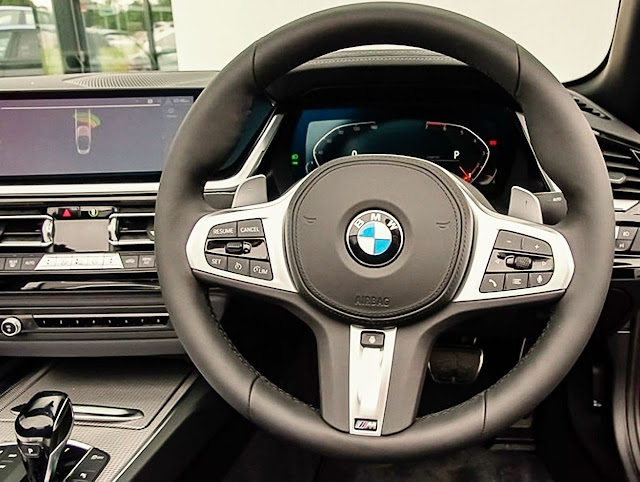 2020-BMW-Z4-sDrive30i-steering-wheel-and-screen-display