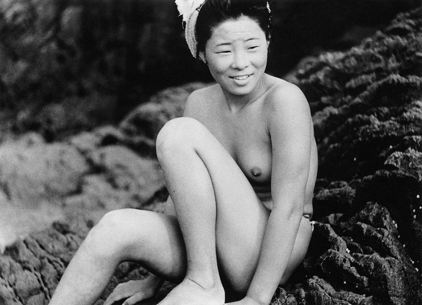 With the introduction of the wetsuit to Japan in the 1970s, the sight of a half-naked ama diver became rare.
