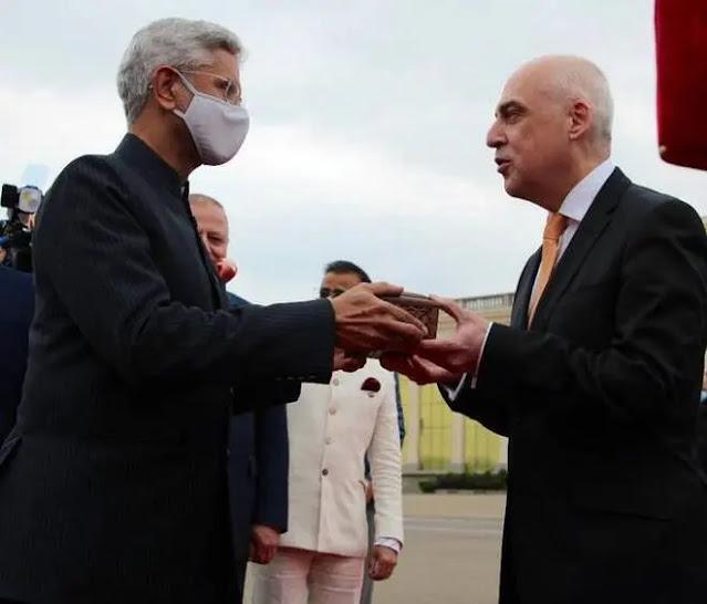 Indian Foreign Minister S Jaishankar presents a memento of Queen Ketevan to his Georgian counterpart David Zalkalani. Photo: PTI