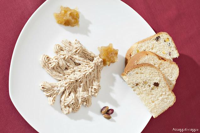 Pane brioche ai pistacchi e uvetta con spuma di foie gras e cipolle caramellate