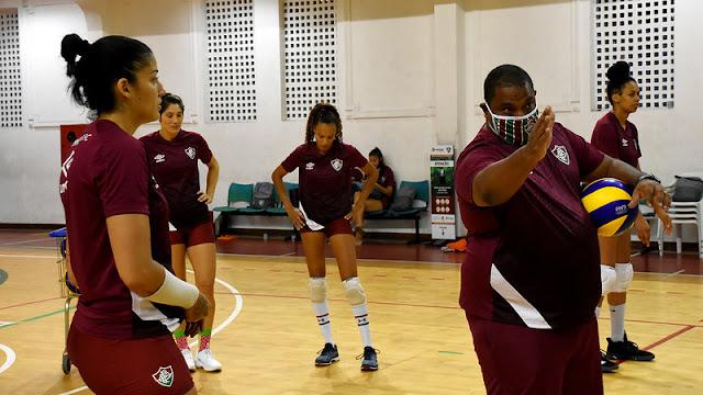 Hylmer Dias dando instruções em treino do Fluminense
