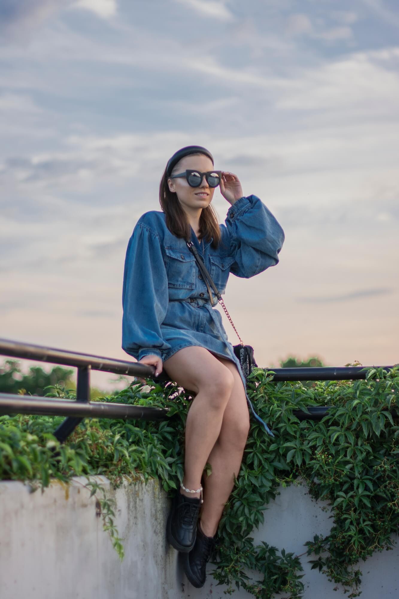 blog modowy blogerka modowa jeansowa sukienka femme luxe sneakersy bonprix okulary przeciwsłoneczne torebka renee weronika nitek foto fotograf sesja look denim