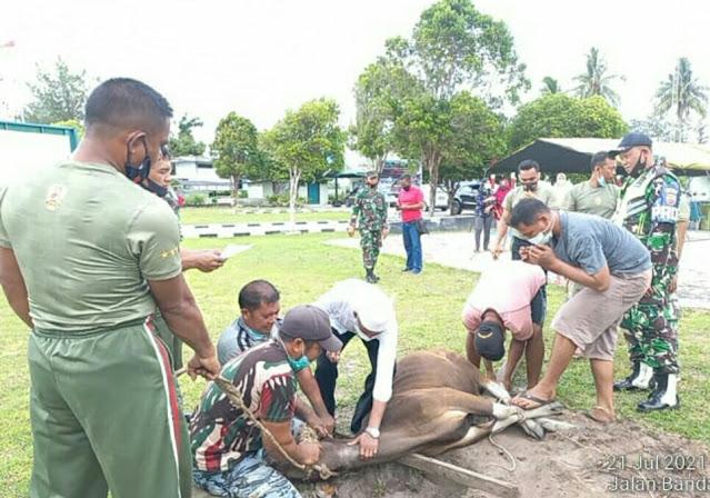Koramil 01/Ranai Lakukan Pemotongan Hewan Kurban dan Serahkan Daging Kurban Kepada Polsek Bunguran dan Warga