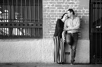 Novios contra la pared sonrientes. Foto de Cristian Moriñigo, de Positive. Blanco y negro. Bnw