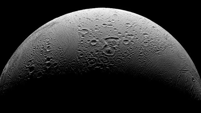 satelit Enceladus Saturnus dilihat dari dekat
