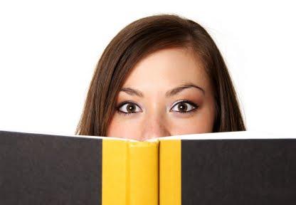 Une lectrice, surprise et ayant les yeux grands ouverts.