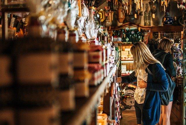 покупка сувениров туристкой