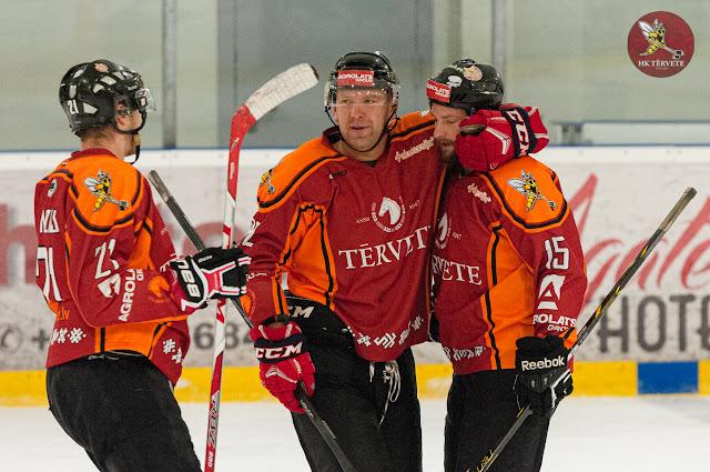 Hokejisti sveic viens otru ar gūtiem vārtiem