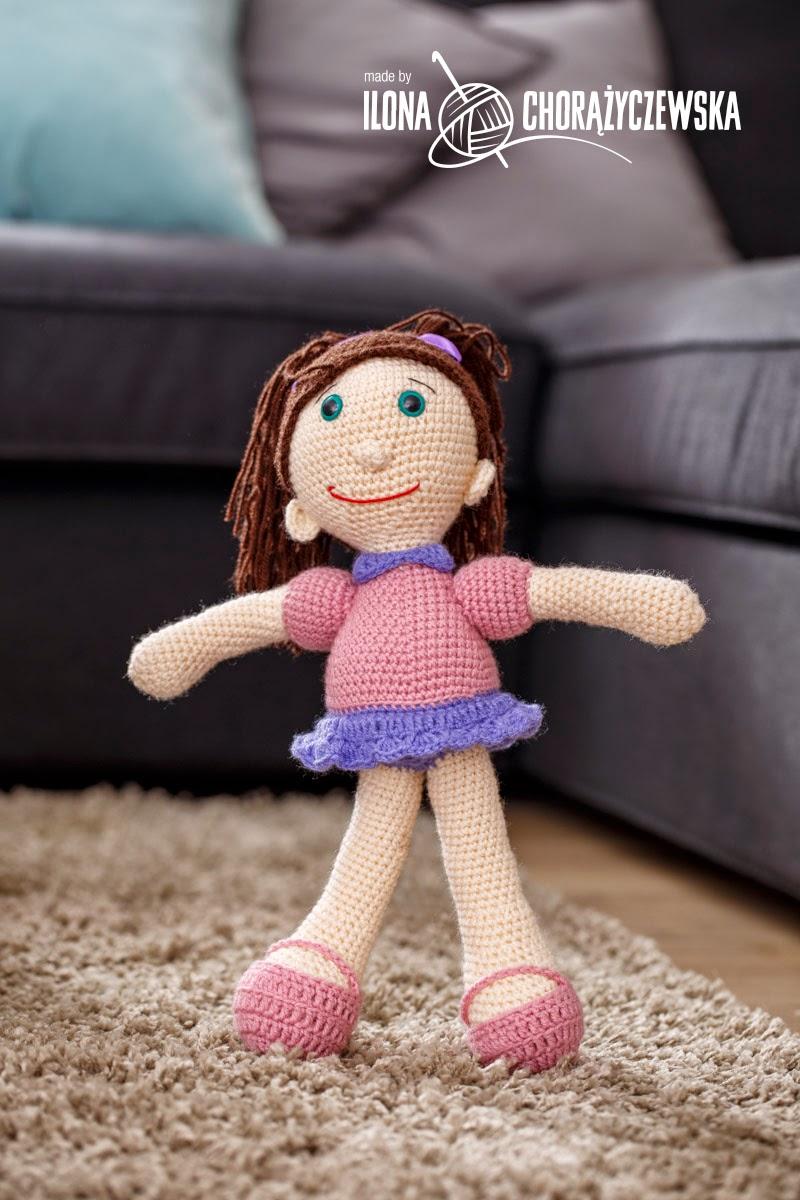 Lalka w spódnicy z długimi włosami związanymi w kitki, zabawka dla dziewczynki