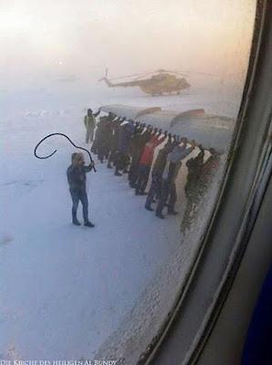 lustige Arbeit - Flugzeug Passagiere müssen schieben im Schnee witzig
