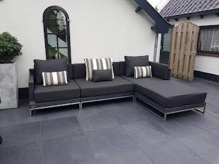 Loungeset Nova rondwicker grijs als lange tuin bank opgesteld, hier is gekozen voor de streeppatroon rug en sierkussens.