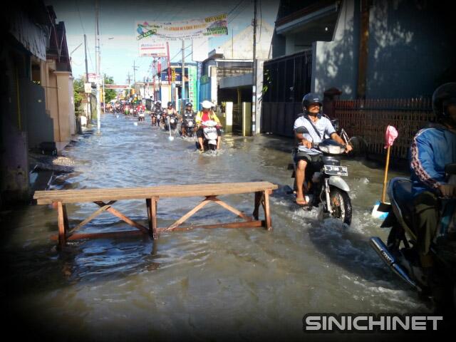 Hujan Deras Menyebabkan Beberapa Daerah Di Waru Banjir, bencana, foto jalan banjir