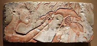 الملك آخناتون يقوم بطقسة كسر عنق الأوز