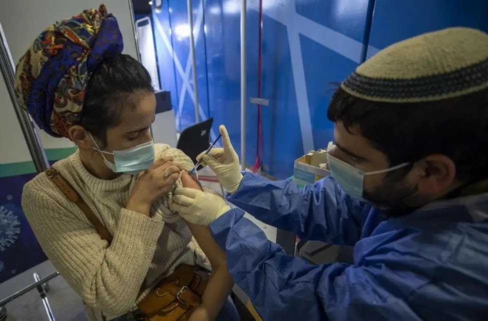 Una donna fa il vaccino