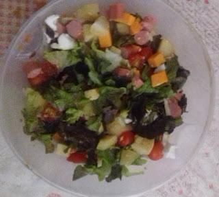 Voici la recette de salade composée salade, tomates cerises, pommes de terre, saucisses de Strasbourg, fromage et œufs du blog les recettes de Cindy