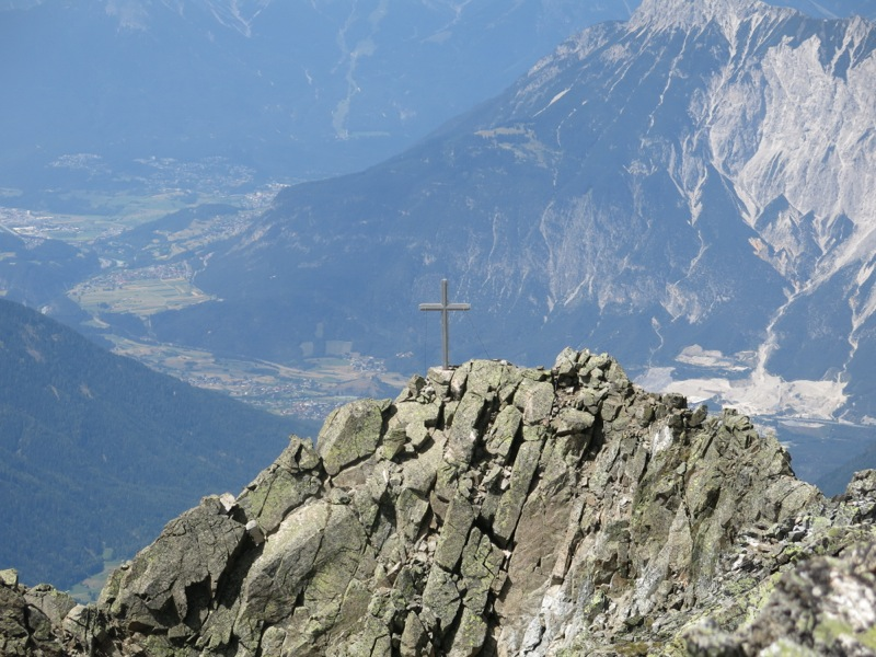 Das Gipfelkreuz hoch über dem Inntal