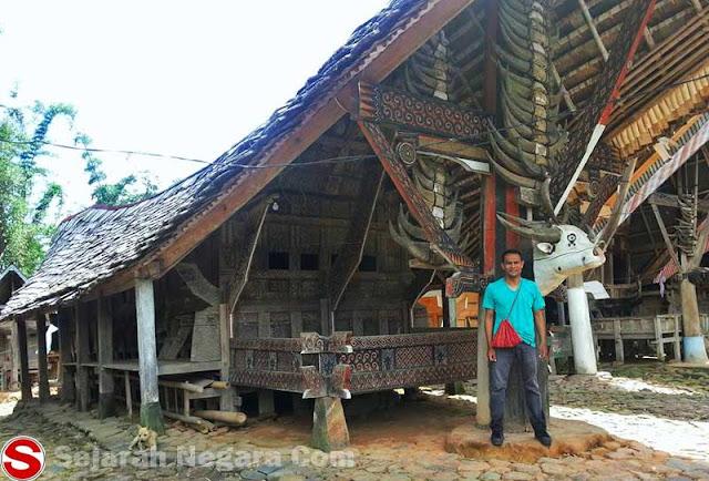 Foto Rumah Tongkonan beratapkan jenis kayu uru