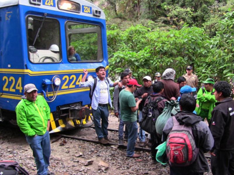 Maestros peruanos en huelga bloquean tren a Machu Picchu