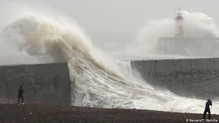 Ο τυφώνας «Σαμπίνε» παραλύει τη Γερμανία