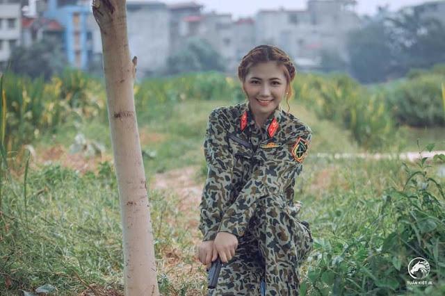 Nữ đặc công xinh đẹp gây thương nhớ khi tạo dáng bên đầm sen