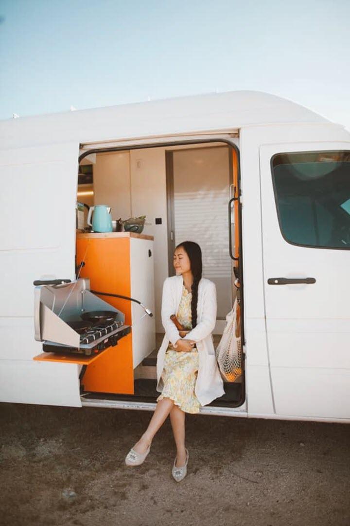 Vợ chồng Việt biến Mercedes Sprinter thành 'ngôi nhà di động' siêu đẹp chỉ với 580 triệu