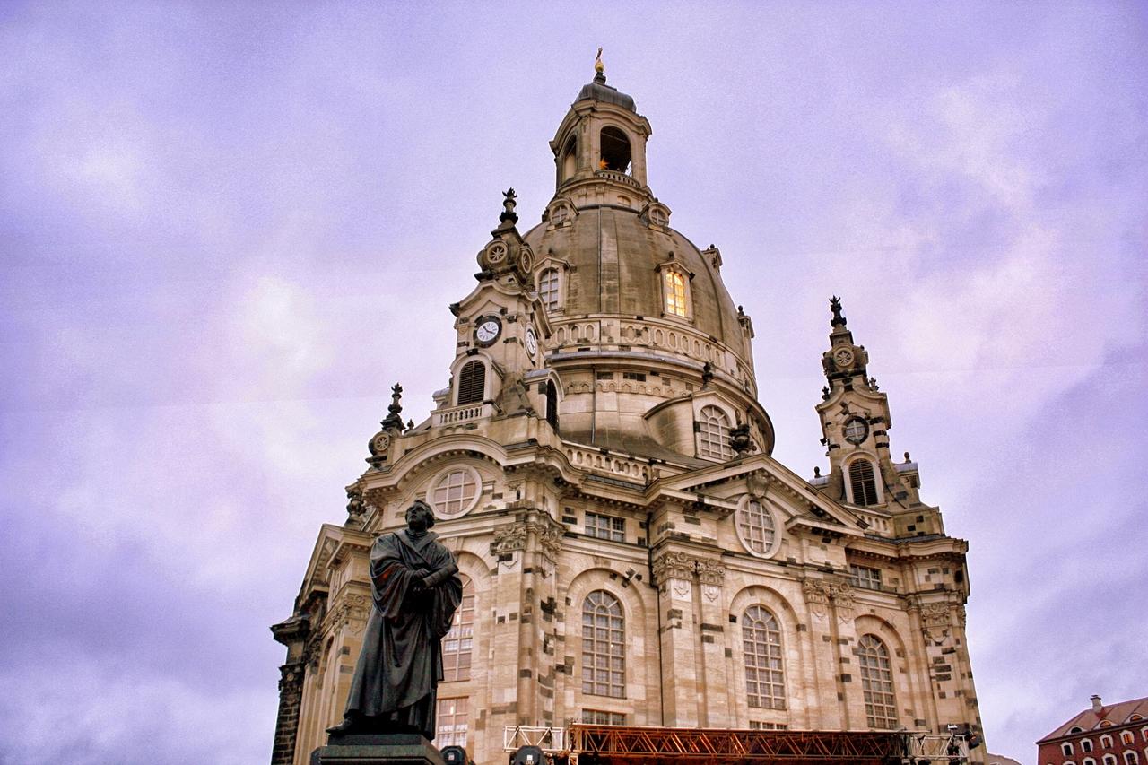 Kościół Marii Panny w Dreźnie inaczej zwany kościołem mariackim to atrakcja dla miłośników bogatych wnętrz i ciekawych konstrukcji. Wystarczy tylko spojrzeć na niesamowitą kopułę największą na północ od Alp.