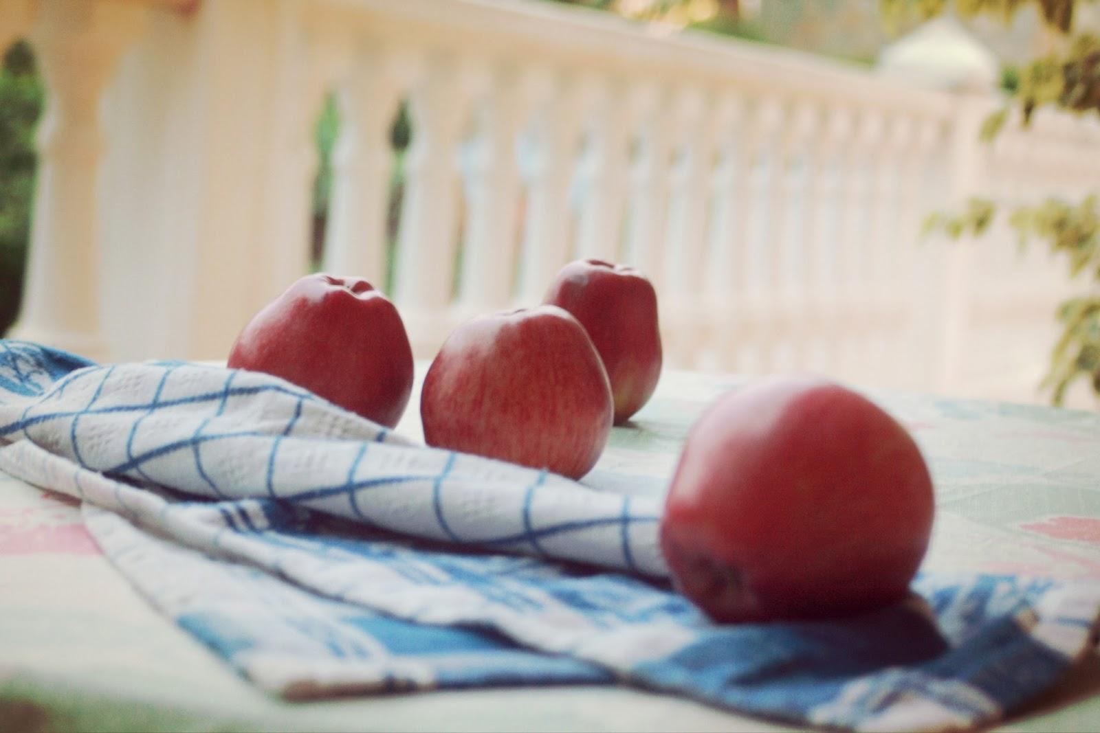 Manzanas rojas sobre una mesa