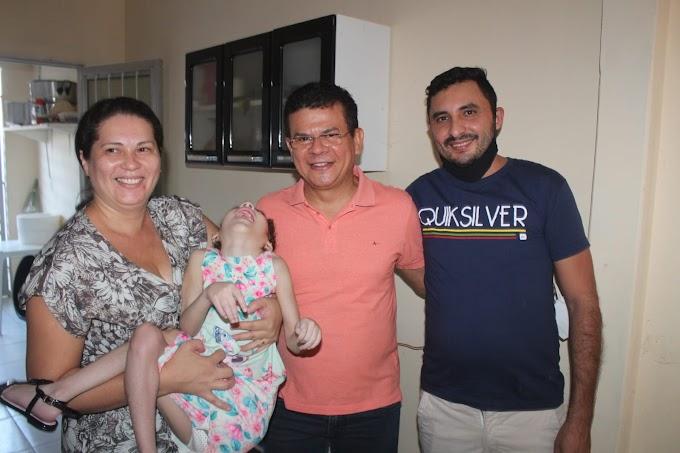 Prefeito Juninho Alves entrega cadeiras de rodas a crianças do bairro Sebastião Maltês