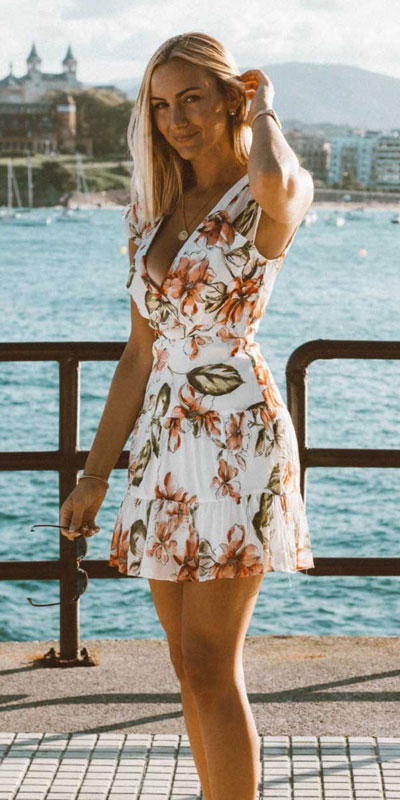 Do you like comfortable & cozy dress outfits? See these 29 Best Casual Dressy Outfits to Look Fantastic. Women's Style + Fashion via higiggle.com | Floral Mini Dress | #fashion #dress #casualoutfits #floral