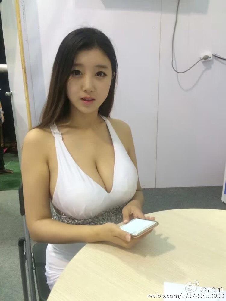 吴莫愁怒怼女歌手:背后搞小动作鞠躬都很假!吴莫愁说的是她?