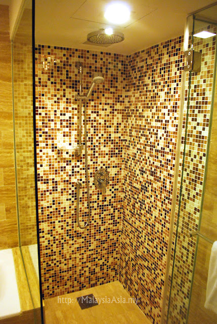 Shower at Novotel Hotel Singapore