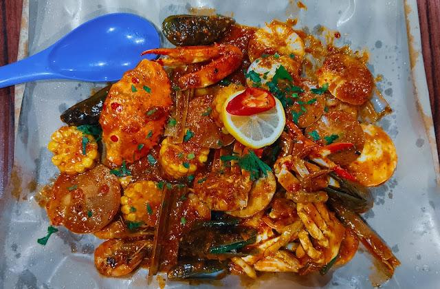 Wisata kuliner di waterfront kuching, sarawak, malaysia