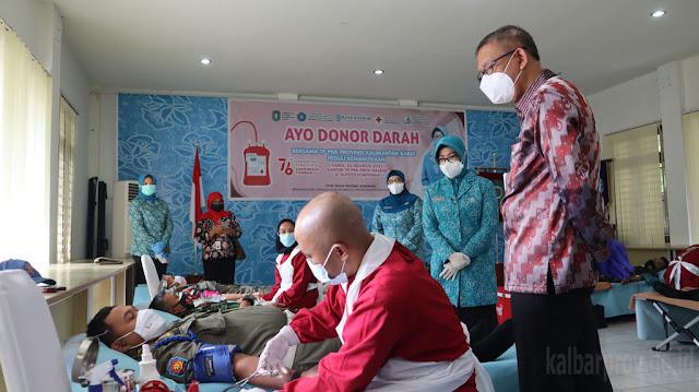 Sutarmidji dan Lismaryani Tinjau Pelaksanaan Donor Darah PKK Kalimantan Barat.lelemuku.com.jpg