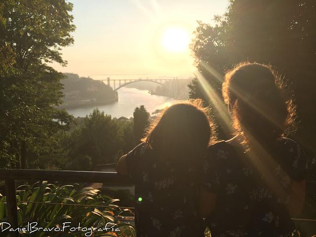 Fotografía de un atardecer en Oporto con dos niñas mirando el atardecer