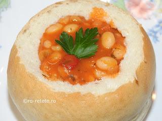 Mancare de fasole boabe in paine reteta de post iahnie fasolica scazuta cu ceapa morcovi ardei bulion servita in bol de pâine retete culinare mancaruri cu legume traditionale romanesti,