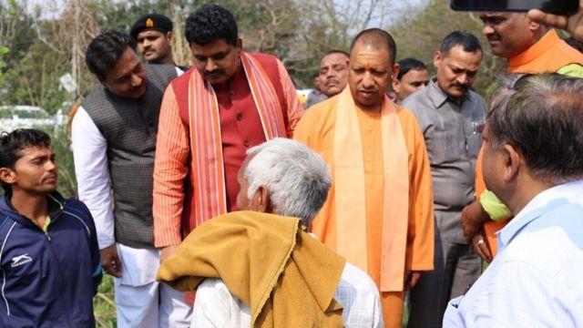 मुख्यमंत्री ने मृत किसानों के परिजनों को सौंपा चार-चार लाख का चेक