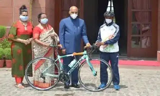 President gifted bicycle to Riyaz who washed dishes in the dhaba