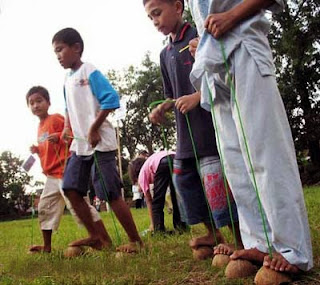 permainan tradisional Egrang Batok