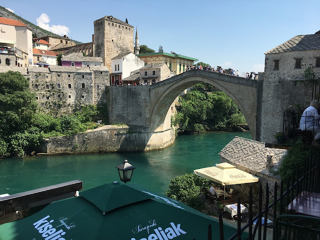 bosna hersek'te gezilecek yerler arasında en önemli yer mostar köprüsü